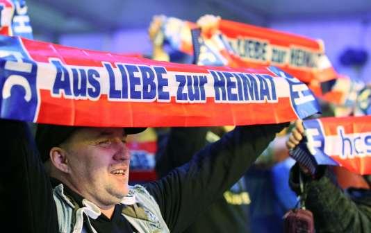 Un partisan brandissant une banderole sur laquelle est écrit: «De l'amour pour la maison» lors des municipales à Vienne, dimanche 11 octobre.