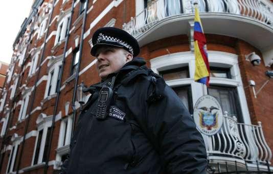 Un policier de faction devant l'ambassade d'Equateur à Londres, le 6 février.