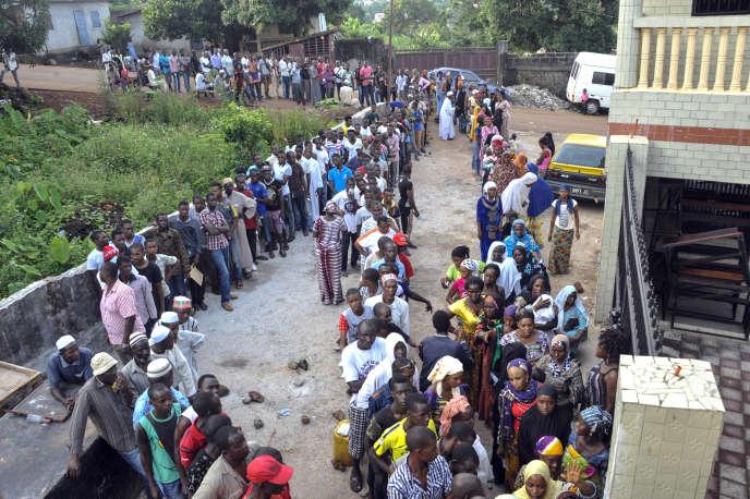 File d'attente à un bureau de vote de Conakry, le 11 octobre 2015.