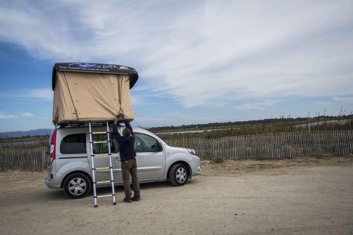 Instalation de la tente de toit en bordure de la route du sel sur la presque ile de Giens.