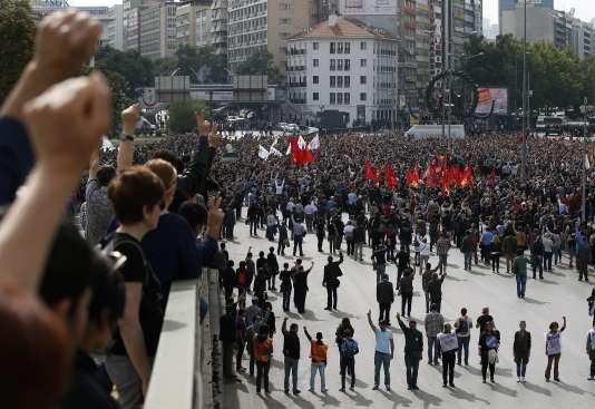 Des milliers de manifestants sont descendus dans les rues d'Ankara, dimanche 11 octobre, au lendemain du double attentat.
