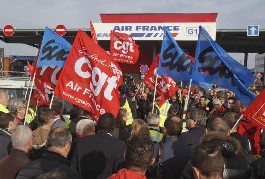 Rassemblement syndical à Air France en soutien aux six personnes interpellées lundi 12 octobre. (AP Photo/Michel Euler)