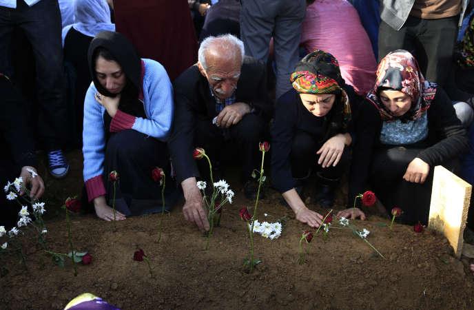 Des proches de victimes du double attentat d'Ankara se receuillent à Istanbul.