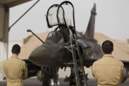 Techniciens militaires français devant un Mirage 2000 sur la base jordanienne Prince-Hassan, le 12 octobre 2015.