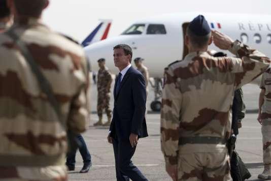 Manuel Valls lors d'une visite sur une base militaire française en Jordanie le 12 octobre 2015.