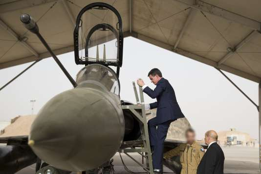 Manuel Valls et Jean-Yves Le Drian lors d'une visite sur une base militaire française en Jordanie le 12 octobre 2015.