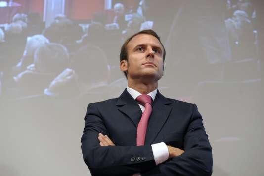 Selon Emmanuel Macron, «il y a une France qui se bloque à l'innovation parce qu'elle reste, en fait, attachée au modèle de régulation des Trente Glorieuses qui est le salariat de long terme, quand ce n'est pas le statut protégé de la fonction publique dont l'ennemi devient l'innovation» (Université du Medef, le 27 août). Le 18 septembre, il déclare à propos du statut de fonctionnaire qu'il n'est «plus adéquat» et «plus justifiable compte tenu des missions», lors d'un débat public, avant de faire marche arrière.