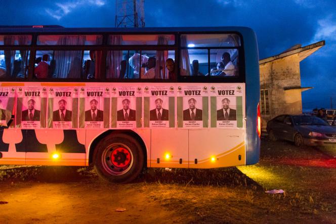 Bus transportant des jeunes venus des quartiers d'Abidjan pour assister au premier meeting de campagne de Charles Konan Banny à Dabou, le 10 octobre.