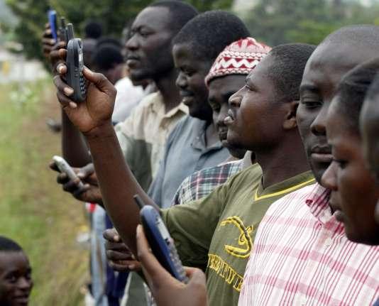 """""""Les télécoms permettent la bancarisation effective, fût-ce hors les banques classiques"""" (Photo: téléphone mobile en Côte d'Ivoire)."""