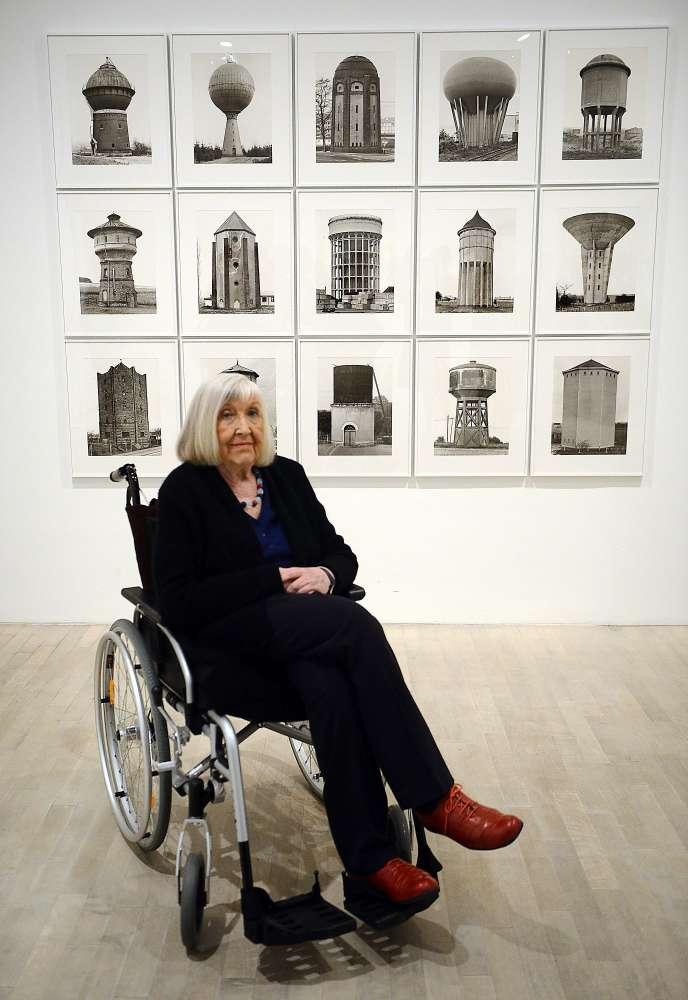 Hilla Becher en 2014, devant ses oeuvres.