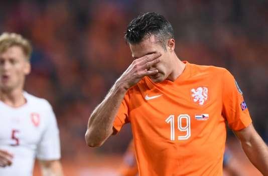 Robin van Persie désespéré après l'échec de son équipe à se qualifier à l'Euro 2016.