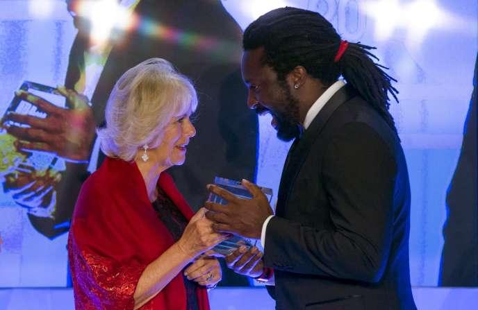 Marlon James reçoit son prix de la duchesse de Cornouailles, Camilla, à Londres le 13 octobre.