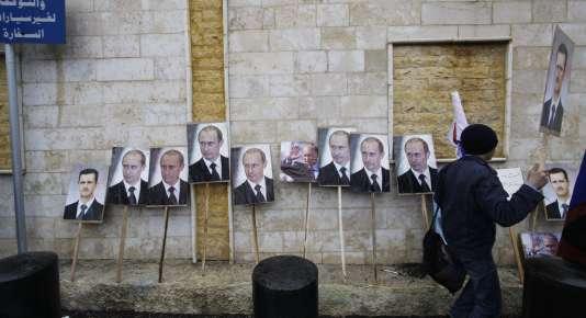 Des pancartes à l'effigie de Bachar Al-Assad et Vladimir Poutine, lors d'une manifestation de soutien au gouvernement syrien à Damas, en mars 2013.