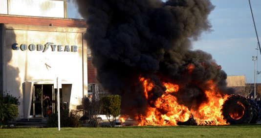 Des pneus brûlent devant l'usine Goodyear d'Amiens-Nord le 7 janvier 2014.