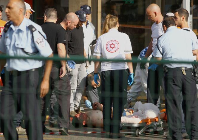 Mardi 13 octobre, après les attaques au couteau de deux assaillants de Jérusalem-Est dans la ville de Raanana, au nord-est de Tel-Aviv.