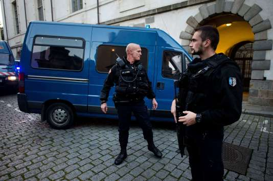 """Tony Meilhon, qui purge sa peine dans la prison de Rennes, est arrivé en fourgon escorté par la gendarmerie peu après 8 h 30 au parlement de la capitale bretonne, où siège la cour d'assises, pour son procès en appel dans """"l'affaire Lætitia""""."""