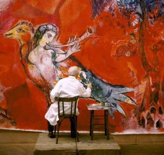 """Marc Chagall peignant  """"Le Triomphe de la musique"""", en 1966."""