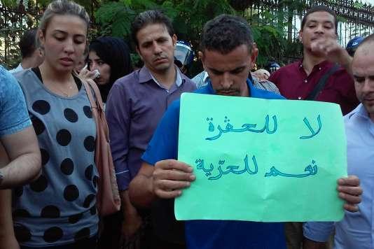 Des journalistes et le personnel de la chaîne El Watan TV, lundi 12 octobre à Alger.