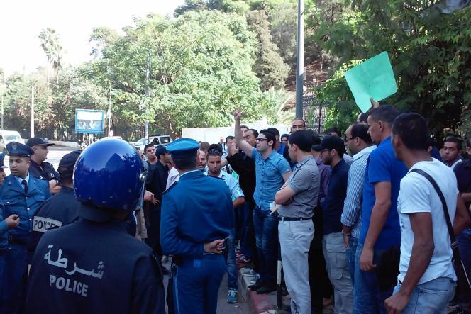 Des journalistes d'El Watan TV manifestent devant le ministère de la communication après la fermeture de leur chaîne , lundi 12 octobre à Alger.