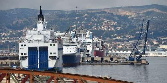 Un ferry de la SNCM, placée sous redressement judiciaire en novembre 2014, dans le port de Marseille. AFP PHOTO / ANNE-CHRISTINE POUJOULAT