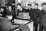 Paris, 1941. Les juifs sont contraints de remettre leurs postes de radio à la police.
