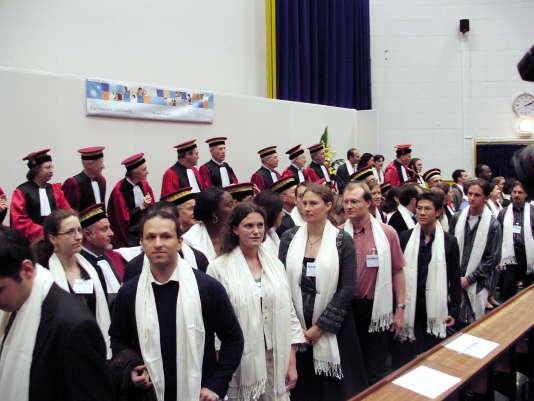"""Des doctorants participent, le 16 juin 2007 à l'université Pierre et Marie Curie (UMPC) à Paris, à la remise Remise des diplômes de doctorat (promotion """"Linus Pauling"""", en présence de tous les professeurs en toge."""