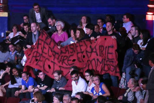 Des militants brandissent une bannière de revendications lors d'un meeting du Parti socialiste au Cirque d'hiver, à Paris, le 8 septembre 2015.