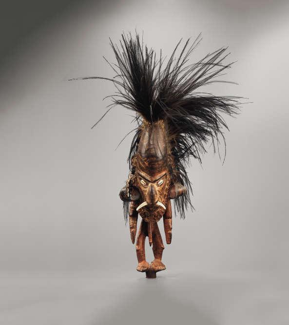 Ce masque se posait à l'extrémité d'une longue flûte en bambou, recouverte de coquillages, utilisée lors de cérémonies de mariage ou d'initiation. L'embout et son support représentaient la puissance et le prestige du clan.