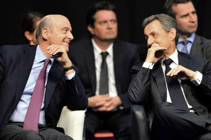 Alain Juppé et Nicolas Sarkozy lors d'un meeting à Limoges, le 14 octobre 2015.