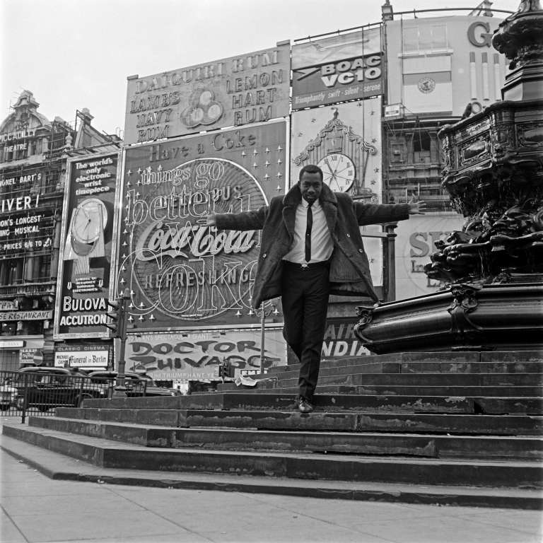 Mike Eghan, le premier DJ noir de Londres, à Piccadilly Circus. Courtesy Autograph ABP