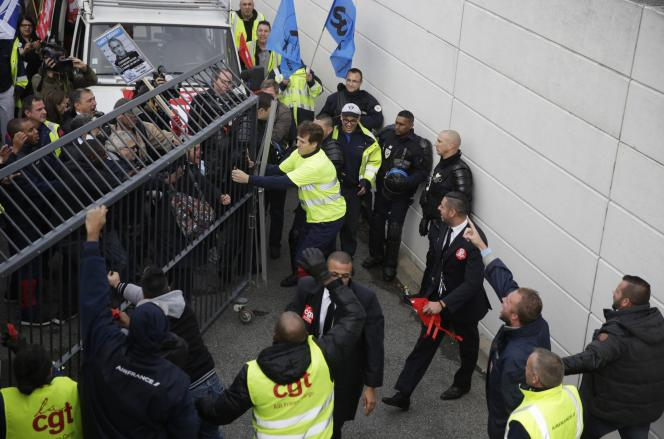 Lundi 5 octobre, des manifestants forcent une grille d'entrée du siège d'Air France pendant le CCE  de la compagnie.