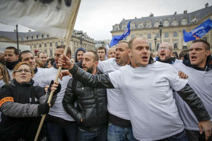 Manifestation des fonctionnaires de police devant le ministère de la justice, mardi 14 octobre, place Vendôme, à Paris.