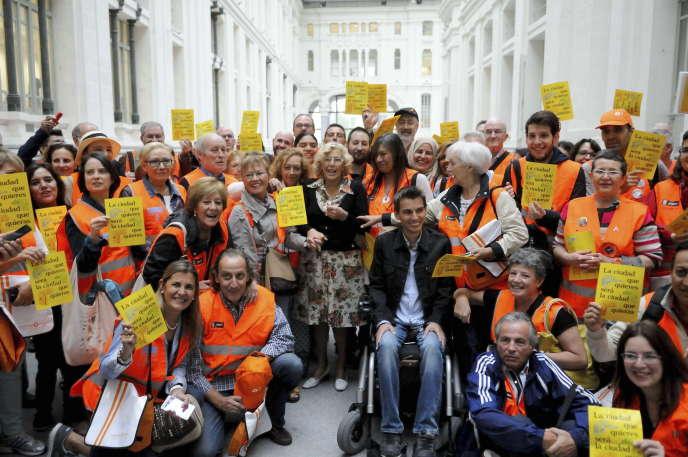 La maire de Madrid, Manuela Carmena (au centre), entourée de sympathisants,  le 15septembre, dans la capitale.