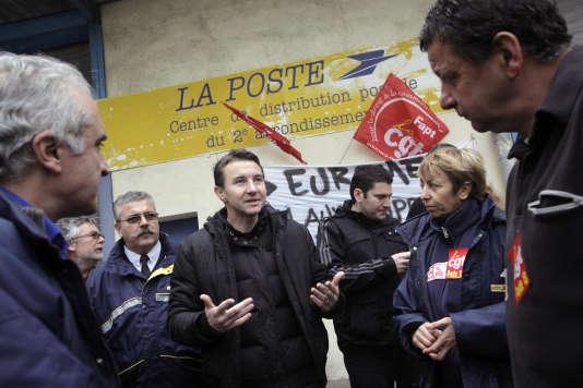 Olivier Besancenot et des postiers grévistes de Marseille, en 2010.