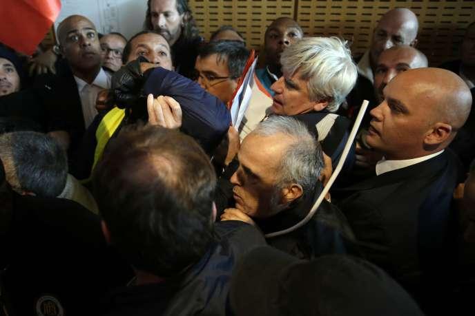Lundi 5 octobre, deux dirigeants d'Air France sont évacués de la salle où se tenait le comité central d'entreprise de la compagnie, sous la protection de vigiles.