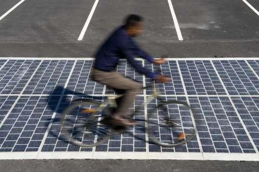 Un route solaire  à Magny-Les-Hameaux (Yvelines).
