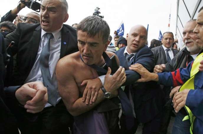 Xavier Broseta, Directeur des Ressources Humines d'Air France, évacué par les agents de sécurité après les perturbations intervenues lors de Comité Central d'Entreprise du 5 octobre 2015.