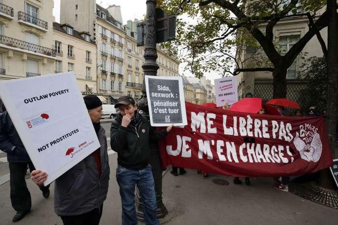 Une quarantaine d'opposants au projet de loi ont manifesté devant le Sénat, mercredi 14 octobre.
