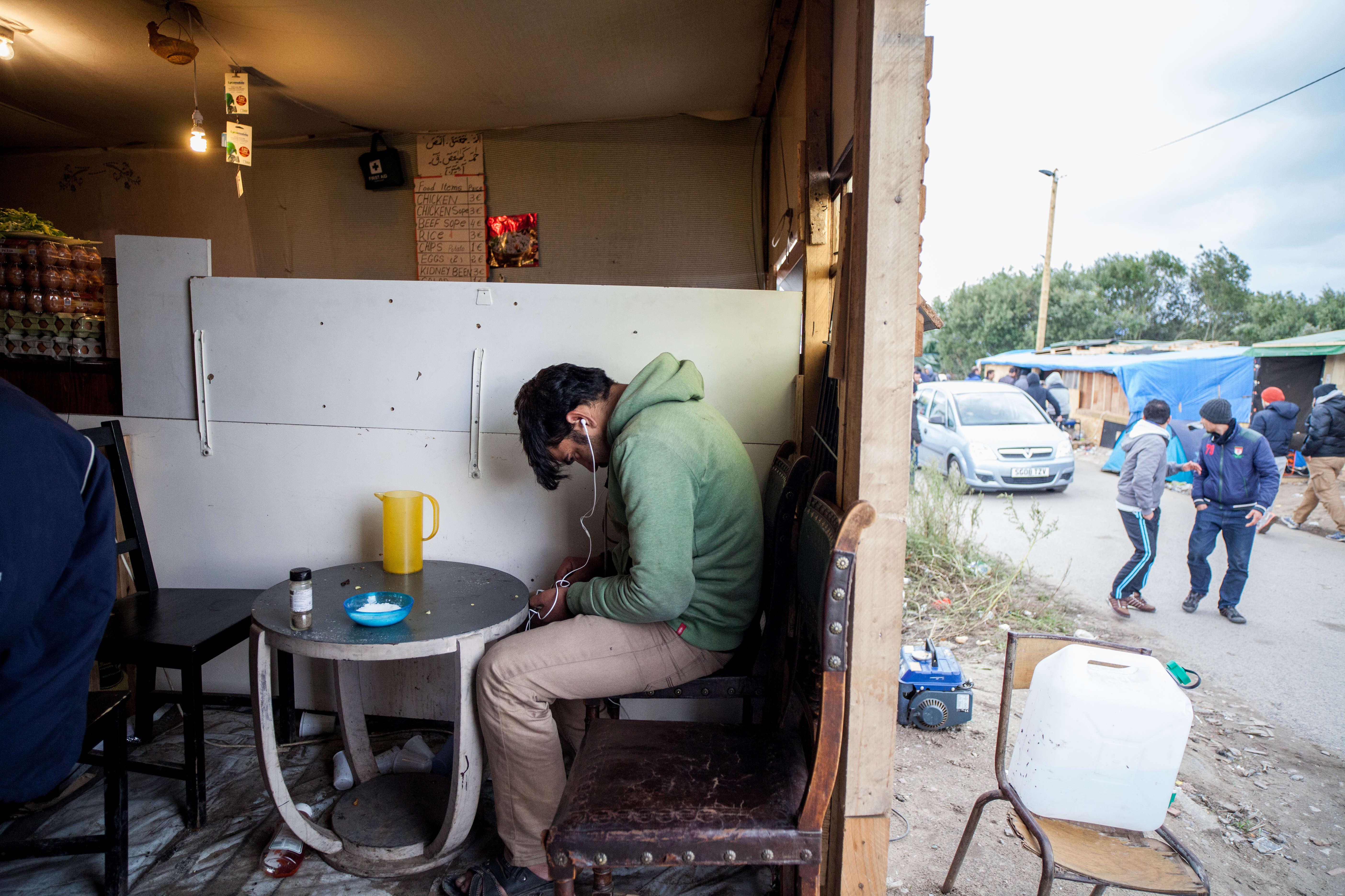 """Des cafés sont aménagés. On peut y boire un thé ou un café. """"On estimait à 5 000 le nombre de migrants ici avant le week-end [samedi 10 et dimanche 11 octobre]"""", résume François Guennoc, de l'association l'Auberge des migrants. """"On ne doit pas être loin de 6 000, alors"""", complète un autre. Au début du printemps, ils étaient 2 000."""