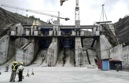 La future centrale hydraulique de Reventazon, dans la province de Limon, a mobilisé 4 000 ouvriers dans une chaleur étouffante pour construire un barrage de 130 mètres de haut et un réservoir de 118 millions de mètres cubes d'eau.