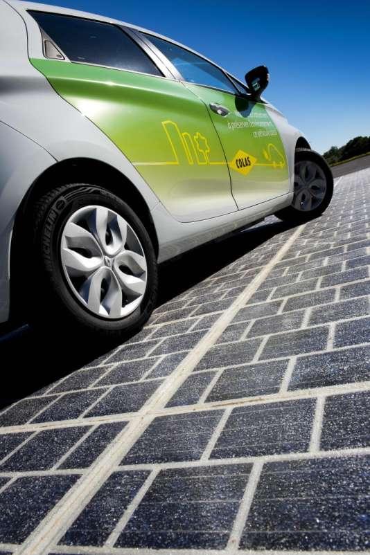 Un kilomètre de cette nouvelle route assurera l'éclairage d'une ville de 5 000 habitants.