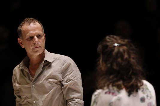 """Charles Berling (Eddie Carbone) et Pauline Cheviller (Catherine, jeune nièce d'Eddie) dans """"Vu du pont"""" au Théâtre de l'Europe."""