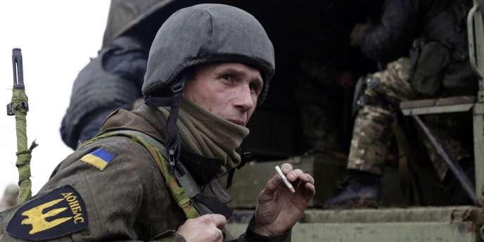 Un membre du bataillon du Donbass, de volontaires ukrainiens, à l'entraînement, enavril 2015.