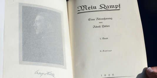 """Un des deux rares exemplaires de """"Mein Kampf"""" signés par Hitler photographié lors d'une mise aux enchère à Los Angeles, 25 février 2015. AFP PHOTO/Frederic J. BROWN"""