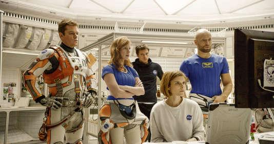 """Matt Damon, Jessica Chastain et Kate Mara (de gauche à droite au premier plan) dans """"Seul sur Mars"""", de Ridley Scott."""