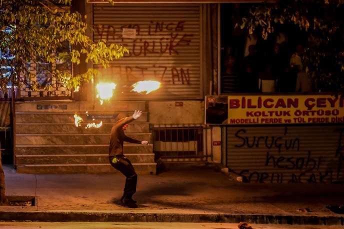 Un militant d'extrême-gauche lance un cocktail molotov lors d'échauffourées après une manifestation suite aux attentats d'Ankara, à Istanbul le 12 octobre 2015.