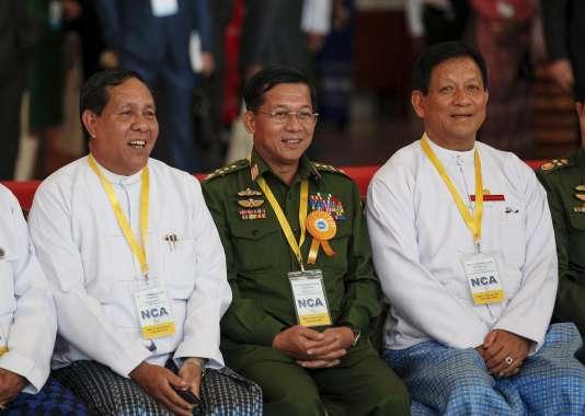 Des responsables du gouvernement lors de la cérémonie de signature, le 15 octobre.
