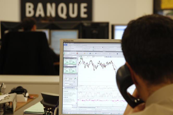 Un trader de la Saxo Bank travaille à Paris en décembre 2011.