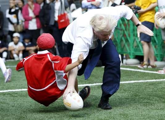 Le maire de Londres Boris Johnson contre un enfant japonais, le 15 octobre à Tokyo.