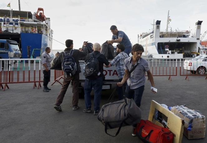 Des réfugiés syriens déposent leurs bagages sur un quai du port de Tripoli, dans le nord du Liban, le 6 octobre, avant d'embarquer à bord d'un ferry à destination du port turc de Mersin.